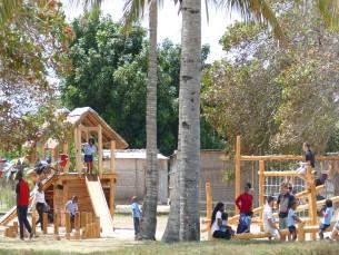 Ein Spielplatz für den Zahnprophylaxecontainer in Inhambane
